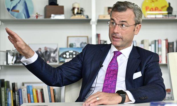 FPÖ-Regierungskoordinator Norbert Hofer steigt im Streit seiner Partei mit der Caritas auf die Bremse.