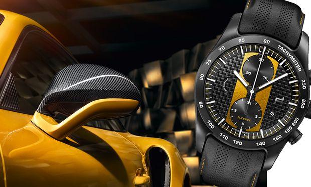 Das Zifferblatt aus Carbon zitiert die markanten Sichtcarbon-Streifen des Sportwagens.