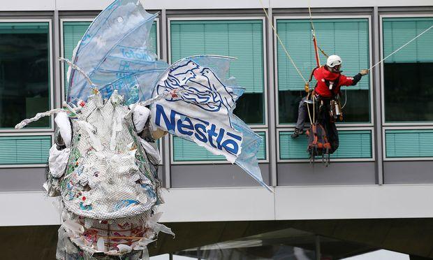 Das Plastik-Monster vor der Nestle-Zentrale in Vevey.