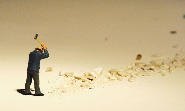Einer der wenigen weniger positiven Ansätze: Schlüsselszene eines dystopischen Miniaturpanoramabildes von Liliana Porter.