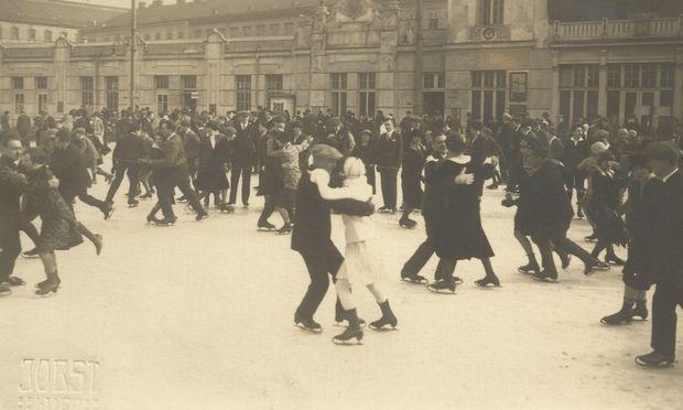 Seit 1868 wird das Rundtanzen auf dem Eis in Wien ausgeübt – das Foto stammt aus den 1920ern.