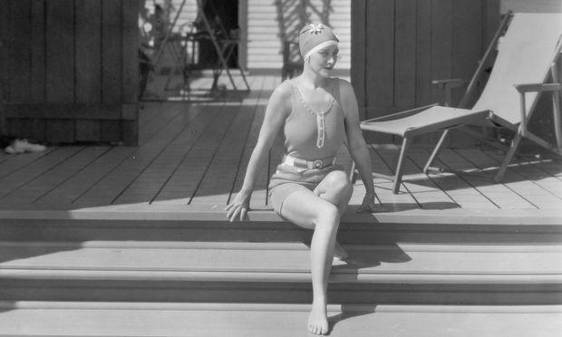 Stummfilmstar Pauline Frederick 1925 auf den Stufen ihres Strandbungalows.