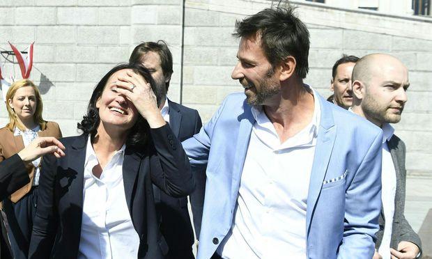 Traurig und erleichtert zugleich: Eva Glawischnig und ihr Ehemann, Volker Piesczek, nach der Abschiedserklärung im Parlament.