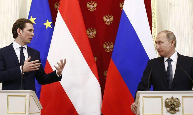 Sebastian Kurz und Wladimir Putin unterhielten sich bei ihrer Unterredung im Kreml großteils auf Deutsch. Der Kanzler sprach über Politik und die Ukraine, der Gastgeber lieber über die Wirtschaft und Gasdeals.