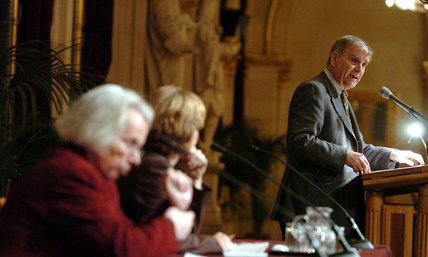 Pelinka unterrichtet seit 2006 an der von Soros gegründeten Budapester Central European University (CEU).