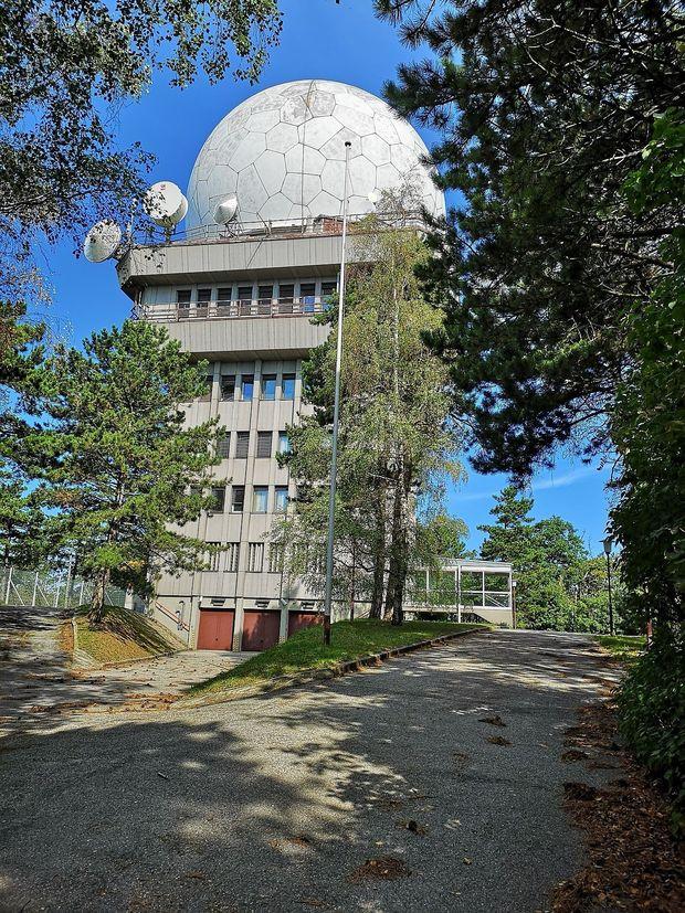 Eine der beiden Radartürme auf dem Buschberg