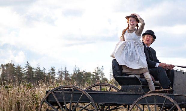 Das Waisenkind Anne (Amybeth McNulty) wird vom älteren Bauern Matthew (R. H. Thomson) adoptiert.