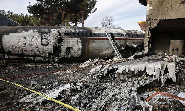 Falsche Landebahn: Frachtflugzeug fängt Feuer und kracht in Haus