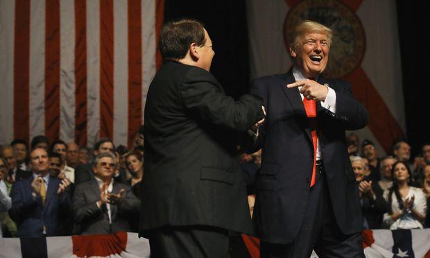 Inszenierungen sind Teil des politischen Spektakels. Hier lacht US-Präsident Donald Trump mit dem kubanischen Violinisten Luis Haza in Miami von der Bühne.