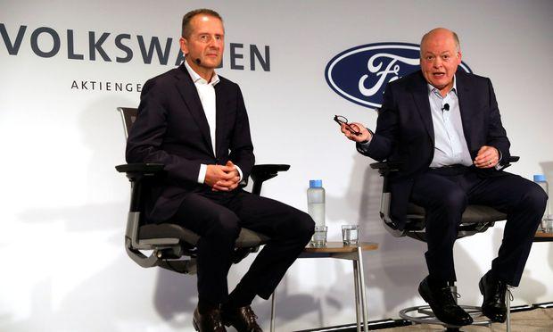 Herbert Diess (VW, li.) und Jim Hackett (Ford) verkündeten in New York die Kooperation.
