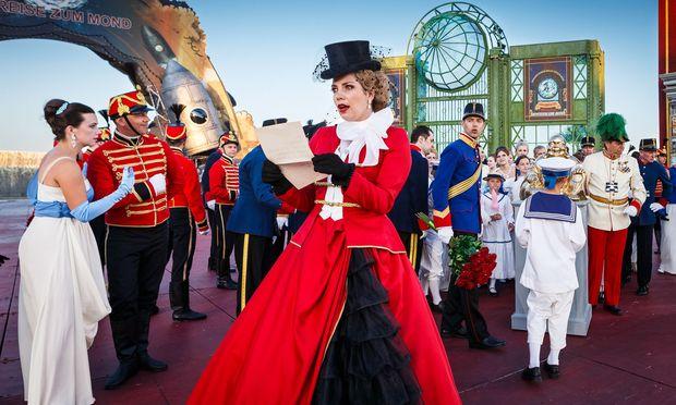 Eine überzeugende Gräfin, hier im roten Mantel im Wiener Prater: Elissa Huber begeistert mit ihrem satten, leuchtenden Sopran.