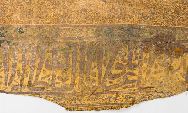 Herzog Rudolf IV. wurde 1365 nach seinem Tod in ein kostbares Leichentuch eingenäht. Im Bild: der Hauptteil und die zwei Ärmelteile sowie ein Ausschnitt des arabischen Segensspruchs.