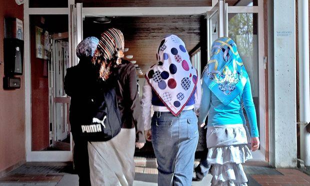 Symbolbild: Schülerinnen mit Kopftuch / Bild: (c) imago