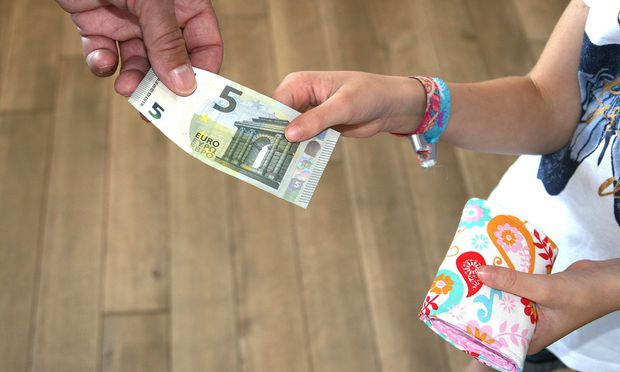 Ein Maedchen bekommt fuenf Euro Taschengeld Foto vom 19 08 17 Taschengeld Copyright epd bild Ank