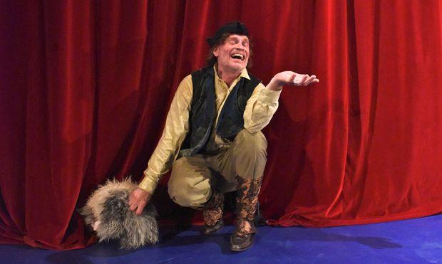 Ihm fehlt es an leisen Tönen: Johannes Krisch als Ferdinand Raimund mit Hund Ariel.
