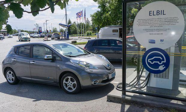NOR NORWEGEN AKSDAL 2016 6 11 Elektrofahrzeuge auftanken Elektro Tankstellen Im Areal des Aksd