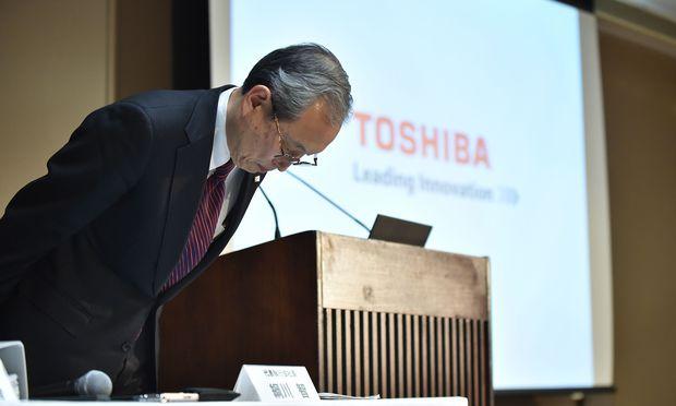 Toshiba-Boss Satoshi Tsunakawa entschuldigt sich für Verluste.