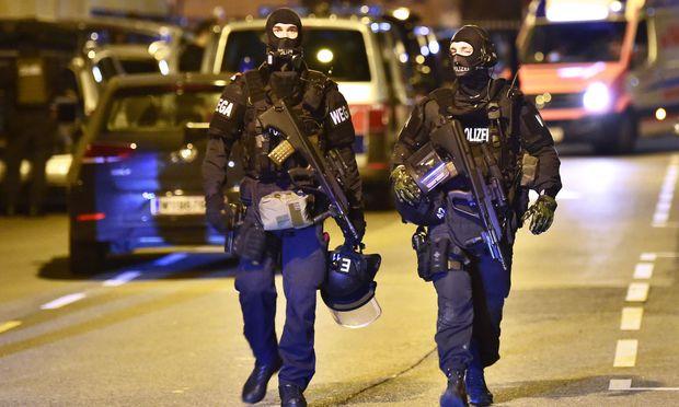 WEGA-Einsatzkräfte vor dem abgeschirmten Tatort.