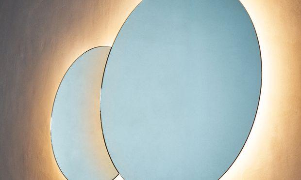 """Erhellung.  """"Eclissi"""" von Agape spielt mit der kosmischen Erscheinung."""