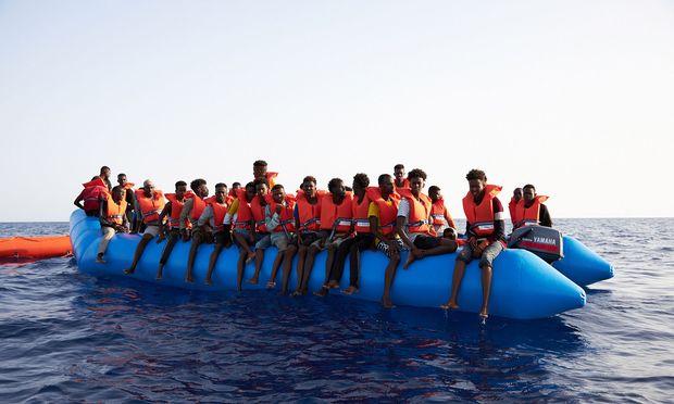Boot mit illegalen Migranten, die Anfang Juli 34 Meilen vor der libyschen Küste gerettet worden sind.