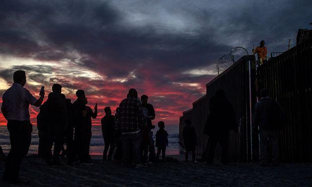 Kurz vor US-Grenze - Bedrohliche Stimmung: Proteste gegen Migranten in Tijuana