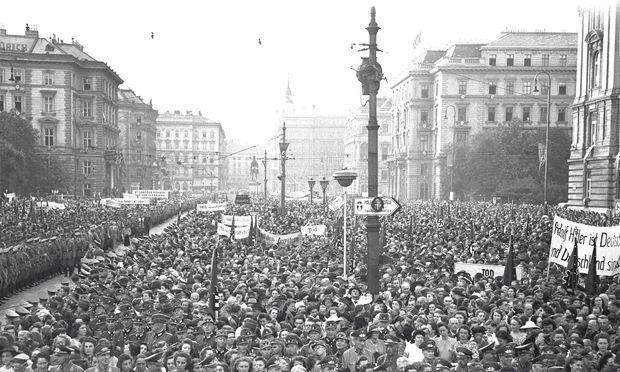 21. Juli 1944: Freude über das Misslingen des Attentats auf Hitler. Kundgebung auf dem Wiener Schwarzenbergplatz. / Bild: Votava / Imagno / picturedesk.com