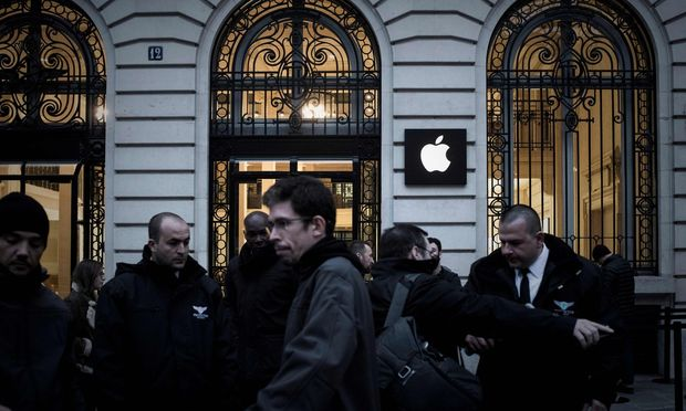 Nächtliches Anstellen um das neueste 1300-Euro-iPhone vor einem Apple-Shop in Paris: Massenhysterie als passable Geldquelle für Apple-Aktionäre.