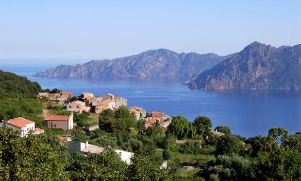 Steigung. Für ein Badeurlaubseiland ist Korsika außerordentlich gebirgig.
