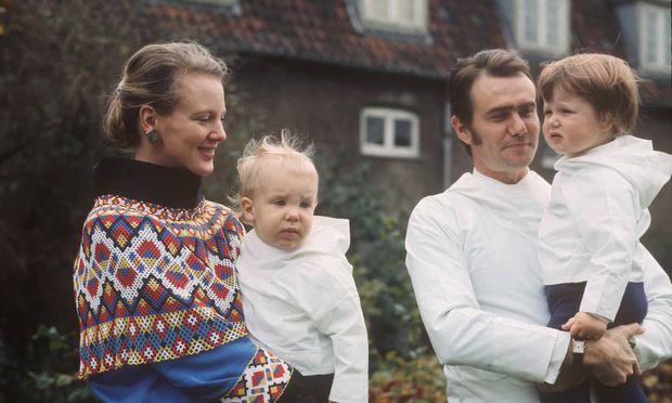Prinzessin Margrethe und ihr Mann, Prinz Henrik, anno 1970 mit ihren Söhnen Joachim and Frederik.
