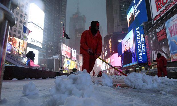 """Der Times Square in Weiß: Der Wintersturm """"Stella"""" ließ in New York die Schneeflocken wirbeln. Doch es war alles halb so schlimm."""