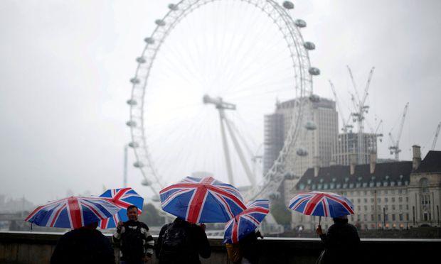 UK-Reisende können ein paar Euro bzw. Pfund sparen.