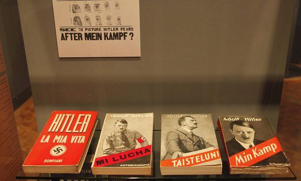 """Von """"La Mia Vita"""" bis """"Min Kamp"""": Übersetzungen von Hitlers bekenntnishafter Kampfschrift auf Italienisch, Spanisch, Finnländisch und Norwegisch liegen hier im Deutschen Historischen Museum in Berlin auf. / Bild: (c) imago stock&people (imago stock&people)"""