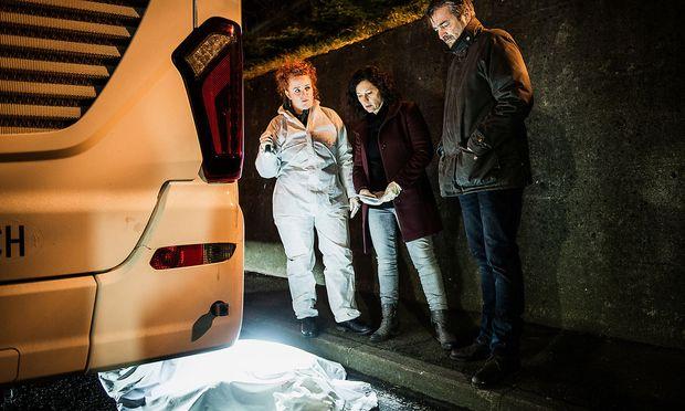 Kommissar Reto Flückiger (Stefan Gubser), seine Kollegin Liz Ritschard (Delia Mayer, Mitte) und die Leiterin der Spurensicherung Corinna Haas (Fabienne Hadorn) untersuchen den Tatort eines vermeintlichen Suizid.