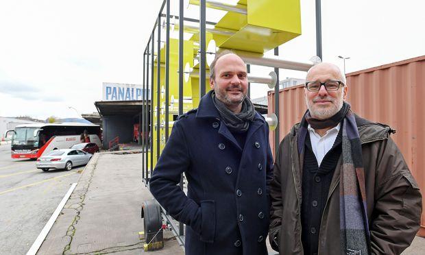Michael Hieslmair (links) und Michael Zinganel vor der mobilen Wegenetzskulptur auf dem Nordwestbahnhof im 20. Bezirk.