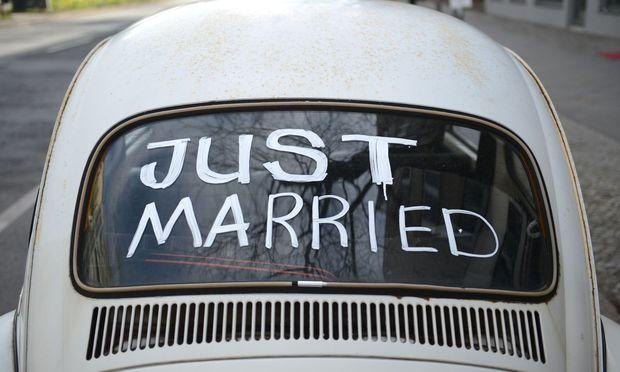 Eine Hochzeit im Fast-Food-Stil, dafür müssen Braut und Bräutigam nicht einmal aussteigen: In Kanada kann man jetzt auch im Auto heiraten.