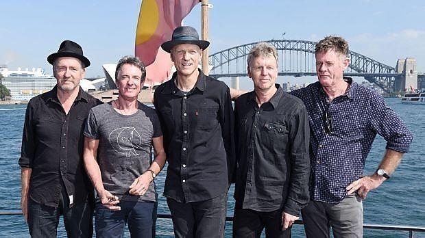 Midnight Oil im Hafen von Sydney (von links: Jim Moginie, Rob Hirst, Peter Garrett, Martin Rotsey, Bones Hillman