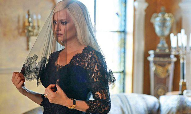 Penélope Cruz spielt Donatella Versace, Édgar Ramírez deren Bruder Gianni.