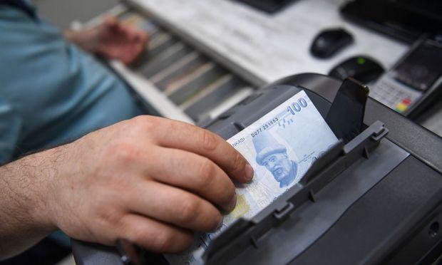 Fast jeden Tag ein neuer Tiefststand: Die Türken müssen unter der Abwertung ihrer Währung leiden.