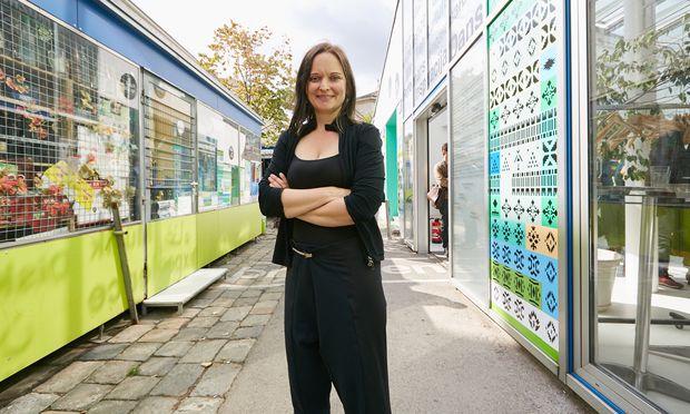 Anne Wiederhold leitet den Kunstort Brunnenpassage auf dem Ottakringer Yppenplatz, der hochwertige Kultur niederschwellig anbieten will.