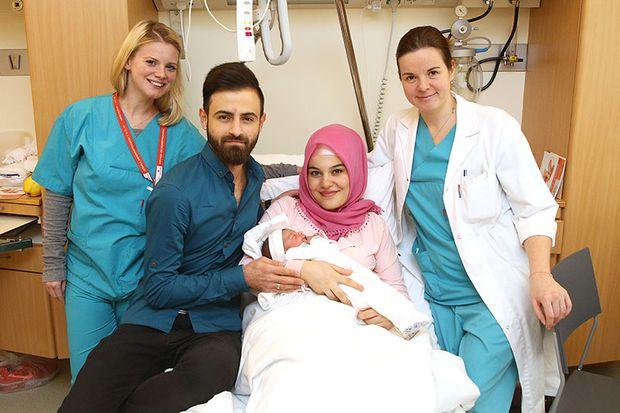 ihrer Tochter Asel mit dem Team der Rudolfstiftung Ivone Saric-Milinic und Diplomkrankenschwester Bettina Glaser.