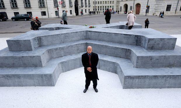 Der Autor René Freund vor dem Deserteursdenkmal, das am Freitag auf dem Wiener Ballhausplatz eröffnet wurde.
