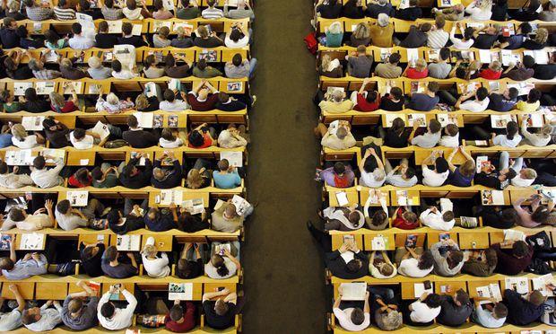Frauen schließen ihr Studium häufiger mit dem Bachelor ab.