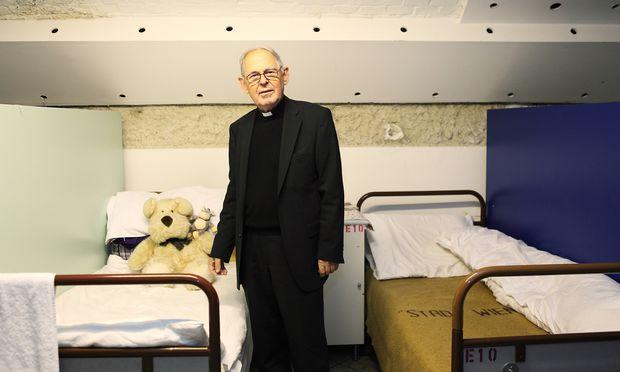 Der Grazer Pfarrer Wolfgang Pucher, der Gründer der Vinzi-Werke, in einer Notschlafstelle. In Wien brauchen nun zwei Notschlaf-Einrichtungen der Vinzenzgemeinschaft ein neues Quartier. Das erste Wiener Vinzi-Dorf wird in wenigen Monaten eröffnet.