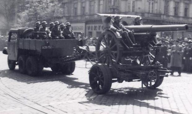 Gezogene Feldkanone bei einer Parade in Wien