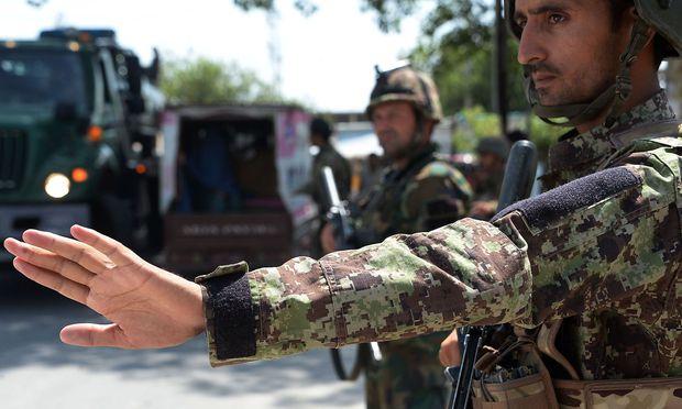 Archivbild eines afghanischen Soldaten an einem Checkpunkt in Jalalabad.