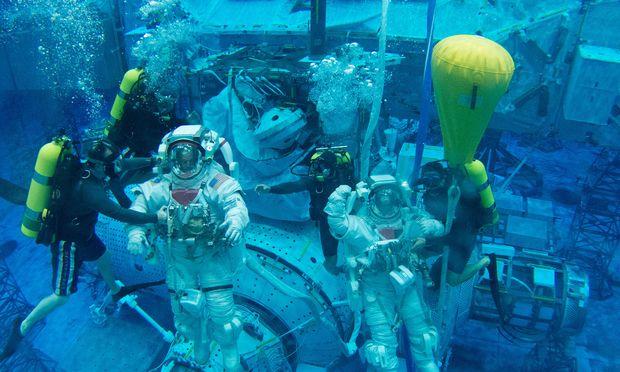 Jeweils vier Taucher assistieren den Astronauten bei ihrem Training.