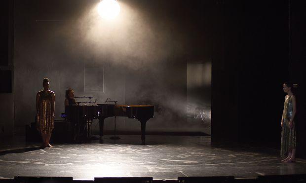 Das Schicksal schlägt in dieser Familie mehrfach zu: Hanna Binder als Antigone, Johanna Borchert am Klavier, Bettina Kerl als König Kreon.