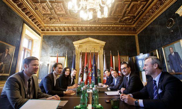 Die Steuerungsgruppe mit den Parteichefs Sebastian Kurz (2. v. l.) und Heinz-Christian Strache (2. v. r.) will das Sicherheitskapitel im Koalitionspakt nächste Woche abschließen.