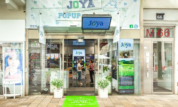 Ein auffälliges Design zieht Kundenblicke an. Im Bild: Ein Store für pflanzliche Milchprodukte in der Mariahilfer Straße.
