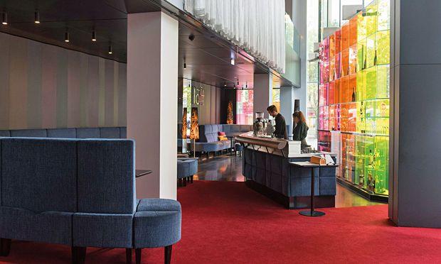 Blaupause. Die neue Bar im neuen SO/, aus dem Grau abgeleitet. / Bild: (c) Carolina Frank